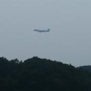 구로지 앞 해안도로에서 본 시도 위로 나는 비행기